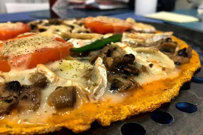 Pizza con base de zanahoria y coliflor, con queso de cabra y champiñones